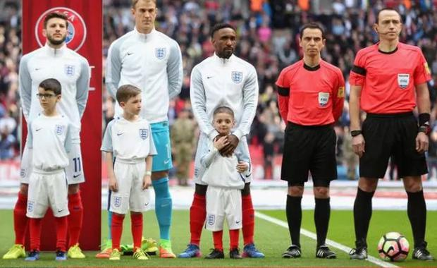 Bradley Lowery and Jermain Defoe, centre, before England's game against Lithuania in March CREDIT: ALEX MORTON/THE FA VIA GETTY