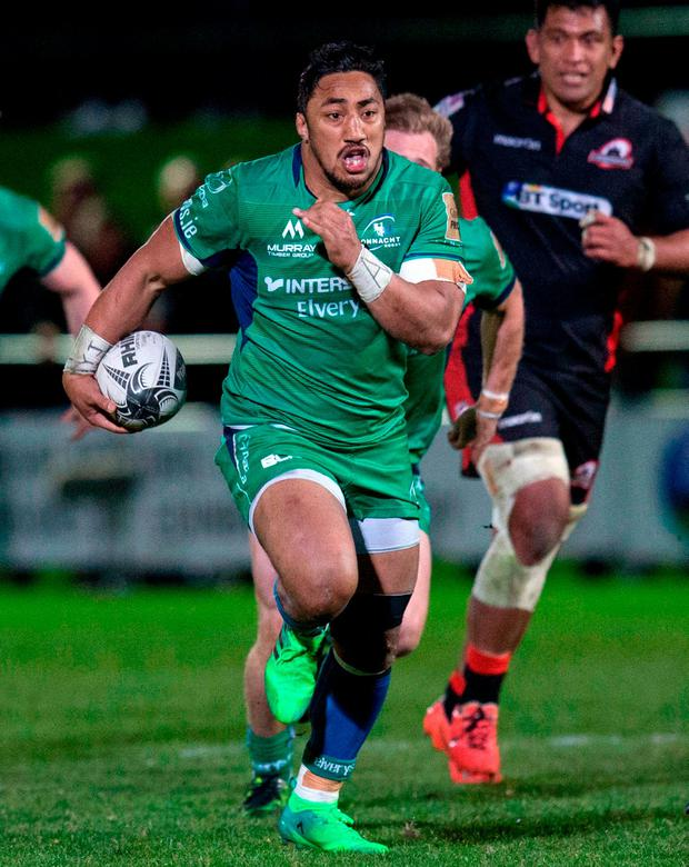 Bundee Aki of Connacht makes a break during the Guinness PRO12 Round 19 match between Edinburgh Rugby and Connacht at Myreside in Edinburgh. Photo by Kenny Smith/Sportsfile