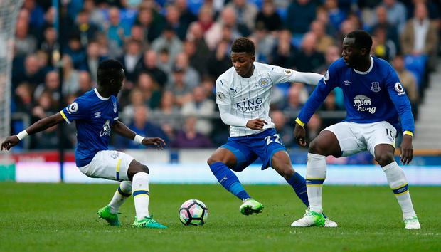 Leicester City's Demarai Gray in action with Everton's Idrissa Gueye and Romelu Lukaku Photo: Reuters / Andrew Yates