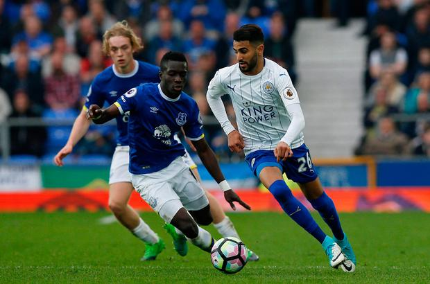 Leicester City's Riyad Mahrez in action with Everton's Idrissa Gueye. Photo: Reuters / Andrew Yates