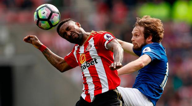 Daley Blind challenges Jermain Defoe during Manchester United's victory against Sunderland. Photo: Reuters / Lee Smith
