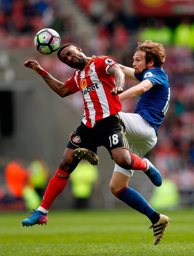 Sunderland's Jermain Defoe in action with Manchester United's Daley Blind. Photo: Reuters / Lee Smith