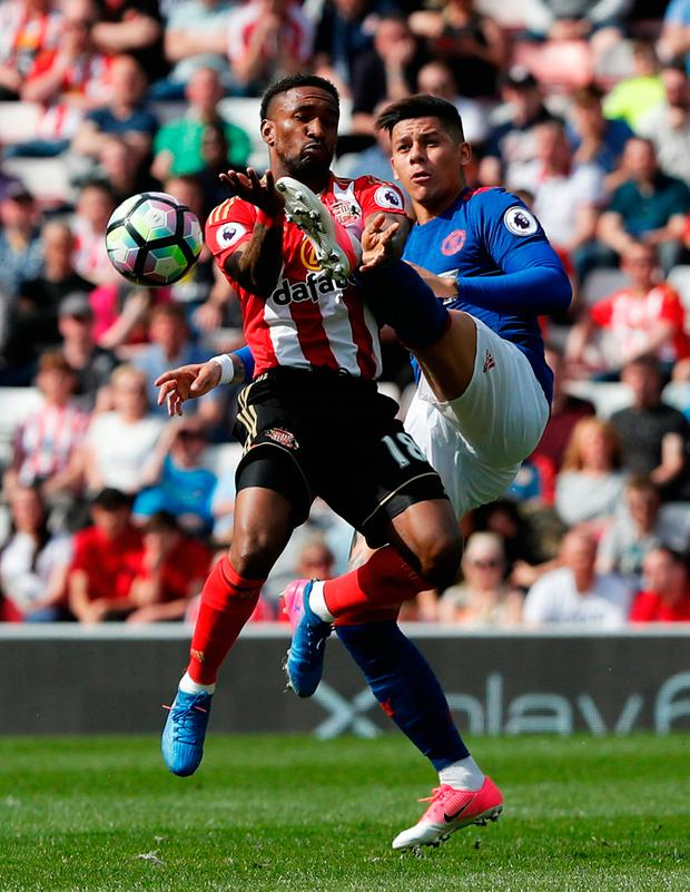 Sunderland's Jermain Defoe in action with Manchester United's Marcos Rojo. Photo: Reuters / Russell Cheyne