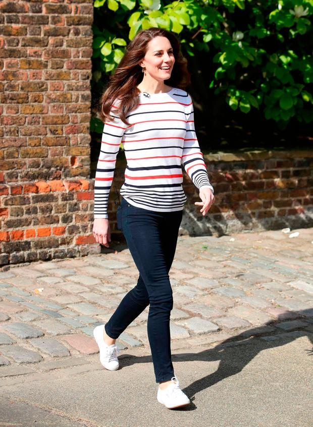 6b1105ee55 Kate Middleton goes casual in skinny jeans and trainers as she ...