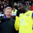 Ronald Koeman, Manager of Everton (L) speaks to Romelu Lukaku of Everton (R) prior to the Premier League match between Crystal Palace and Everton at Selhurst Park on January 21, 2017 in London, England. (Photo by Ian Walton/Getty Images)