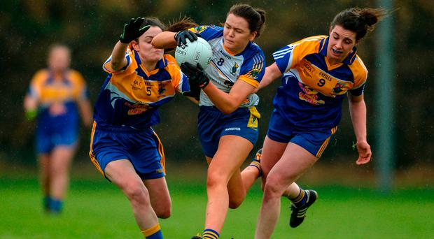 Aoife Gorman of Wicklow in action against Emer Heaney, left, and Mairéad Reynolds of Longford. Photo by Piaras Ó Mídheach/Sportsfile