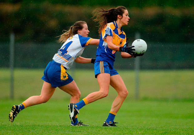 Jacinta Brady of Longford in action against Laura Hogan of Wicklow. Photo by Piaras Ó Mídheach/Sportsfile