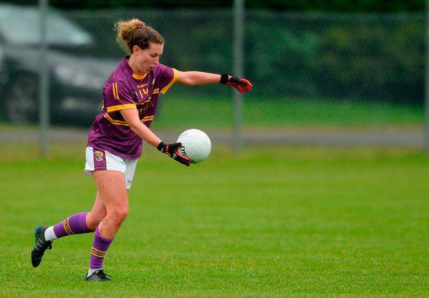 Fiona Rochford of Wexford kicks the equalising score with the last kick of the game. Photo by Piaras Ó Mídheach/Sportsfile