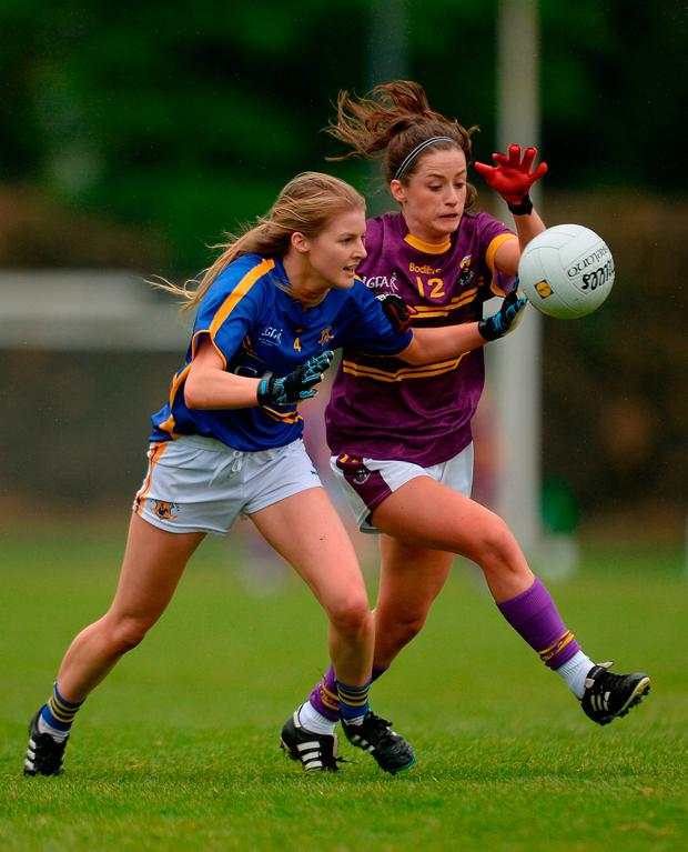 Ellen O'Brien of Wexford in action against Elaine Kelly of Tipperary. Photo by Piaras Ó Mídheach/Sportsfile