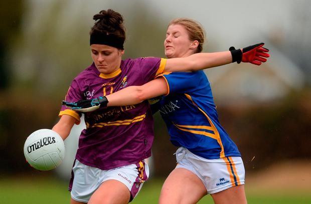 Catriona Murray of Wexford in action against Elaine Kelly of Tipperary. Photo by Piaras Ó Mídheach/Sportsfile