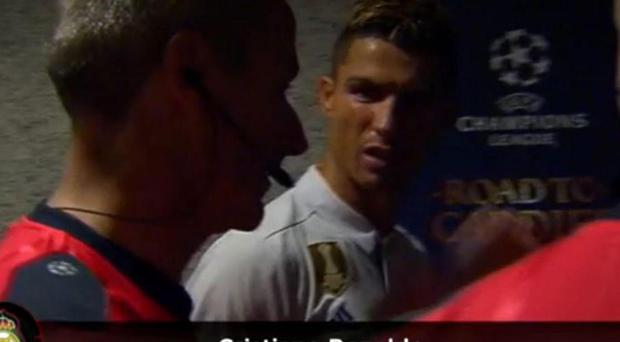 Cristiano Ronaldo confronts referee Martin Atkinson to claim he was not interfering in play before scoring his first goal. Antena 3