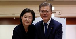 Moon Jae-In, the presidential candidate of the liberal Democratic Party of Korea, with his wife Kim Jung-Suk (L), cast their ballot at a junior high school in Seoul, South Korea, 09 May 2017, as voting began across South Korea for a presidential election. Photo: REUTERS/Jeon Heon-kyun/Pool