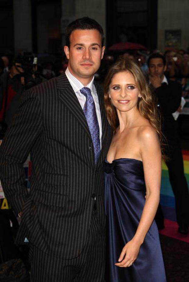 Actress Sarah Michelle Gellar and husband Freddie Prinze Jr pose for a picture at the Hairspray Premiere at the Odeon Cinema Leicester Square on July 05, 2007 in London, England. (Photo by MJ Kim/Getty Images)