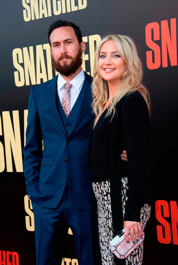 Danny Fujikawa (L) and actress Kate Hudson in 2017 / AFP PHOTO / VALERIE MACONVALERIE MACON/AFP/Getty Images