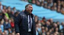 MANCHESTER, ENGLAND - MAY 06: Sam Allardyce, Manager of Crystal Palace gives his team instructions during the Premier League match between Manchester City and Crystal Palace at the Etihad Stadium on May 6, 2017 in Manchester, England. (Photo by Mark Robinson/Getty Images)