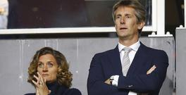 Edwin van der Sar (r) of Ajax Amsterdam and his wifeduring the Dutch Eredivisie match between Ajax Amsterdam and sbv Excelsior at the Amsterdam Arena on October 29, 2016 in Amsterdam, The Netherlands(Photo by VI Images via Getty Images)