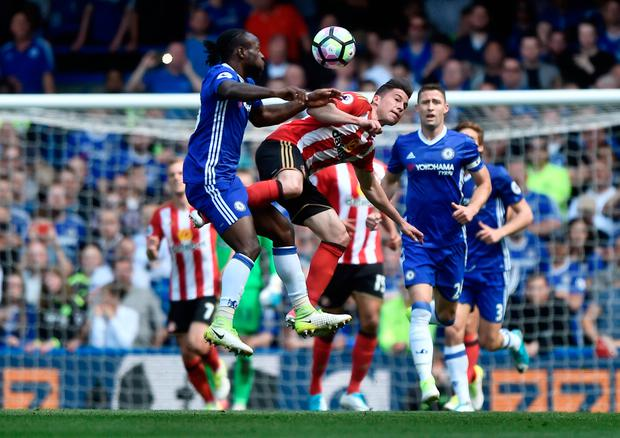 Chelsea's Victor Moses in action with Sunderland's Bryan Oviedo. Photo: Reuters / Hannah McKay