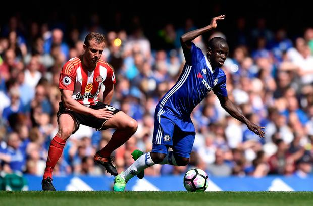 Chelsea's N'Golo Kante in action with Sunderland's Lee Cattermole. Photo: Reuters / Hannah McKay