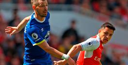 Morgan Schneiderlin of Everton and Alexis Sanchez of Arsenal in action. Photo by Paul Gilham/Getty Images