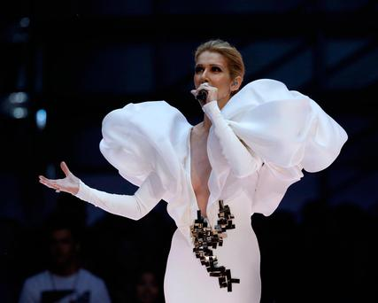 watch and weep celine dion 39 s stunning performance of. Black Bedroom Furniture Sets. Home Design Ideas