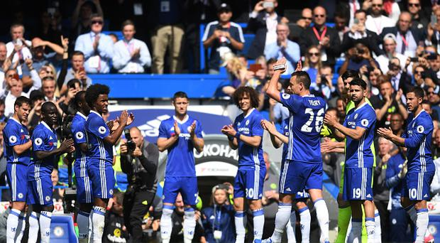 LONDON, ENGLAND - MAY 21: Chelsea players form a guard of honour as John Terry of Chelsea leaves the pitch for the final time during the Premier League match between Chelsea and Sunderland at Stamford Bridge on May 21, 2017 in London, England. (Photo by Michael Regan/Getty Images)