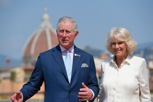 Britain's Prince Charles, Prince of Wales, and the Duchess of Cornwall, Camilla, pose on the terrace of the Palazzo Pitti after a meeting with representatives from Woolmark and the Campaign for Wool, on April 3, 2017 in downtown Florence. / AFP PHOTO / POOL AND AFP PHOTO / Tiziana FABI
