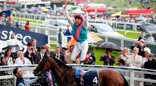 Frankie Dettori dismounts from Enable after winning the Oaks. Photo: Reuters / Matthew Childs