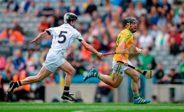 James Glancy of Leitrim in action against John Collins of Warwickshire. Photo by Piaras Ó Mídheach/Sportsfile