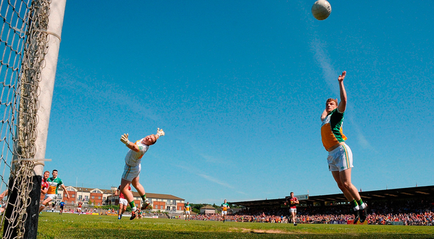 Offaly's Alan Mulhall and Seán Pender can only watch as Westmeath's Denis Glennon's shot hits the crossbar in Mullingar Photo: Piaras Ó Mídheach/Sportsfile