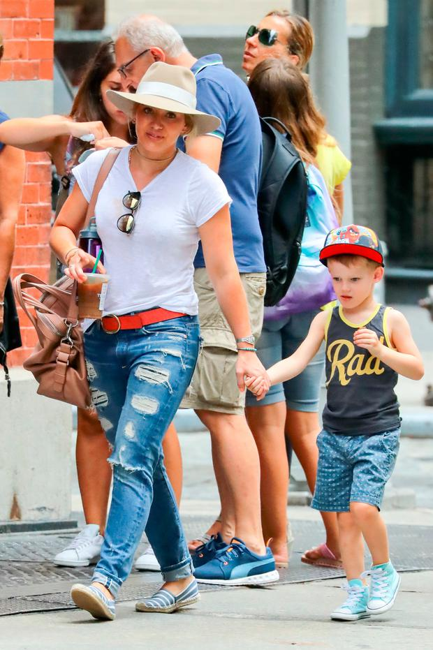 Hilary Duff and Luca Comrie are seen on August 20, 2016 in New York City. (Photo by Ignat/Bauer-Griffin/GC Images)