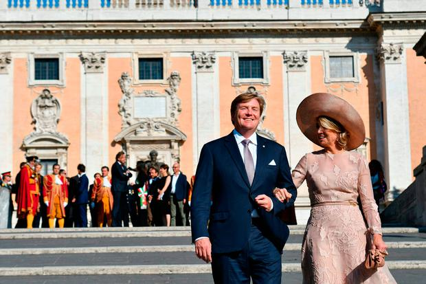 Queen Maxima of Netherlands and King Willem-Alexander pose in front of Rome City Hall after a meeting with Rome's mayor Virginia Raggi on June 20, 2017. / AFP PHOTO / Alberto PIZZOLIALBERTO PIZZOLI/AFP/Getty Images