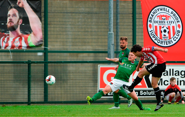 Barry McNamee of Derry City shoots to score his side's first goal. Photo by David Maher/Sportsfile
