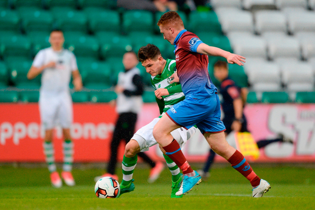 Trevor Clarke of Shamrock Rovers in action against Colm Deasy of Drogheda United. Photo by Piaras Ó Mídheach/Sportsfile