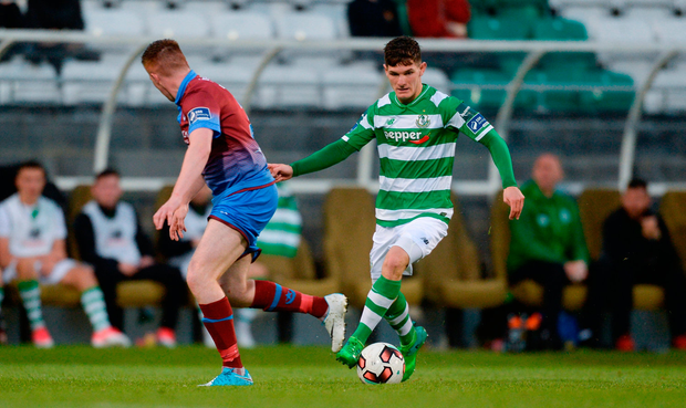 Trevor Clarke of Shamrock Rovers in action against Stephen Dunne of Drogheda United. Photo by Piaras Ó Mídheach/Sportsfile