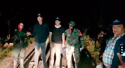 In this photo released by Colombia's Ombudsman Press Office, rebels of Colombia's National Liberation Army, ELN, release Dutch journalists Derk Bolt, second from left, and Eugenio Follender, second from right, north of Santander, Colombia, Saturday, June 24, 2017 (AP)