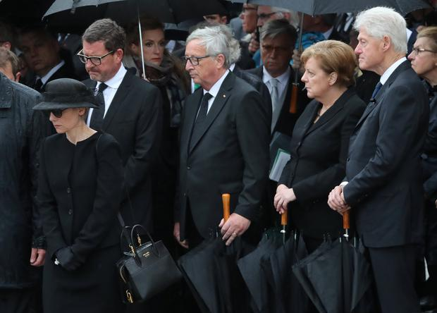 Widow of the late former German Chancellor Helmut Kohl Maike Kohl-Richter, former U.S. President Bill Clinton, European Commission President Jean-Claude Juncker and German Chancellor Angela Merkel stand outside the Cathedral after funeral service of late former German Chancellor Helmut Kohl in Speyer, Germany, July 1, 2017. REUTERS/Wolfgang Rattay