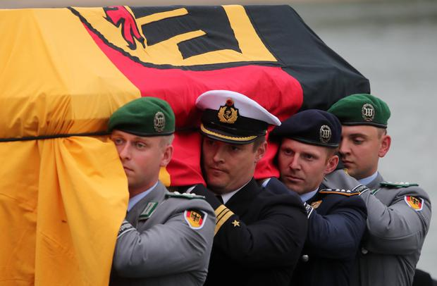 German soldiers carry the coffin of late former German Chancellor Helmut Kohl from the MS Mainz on the way to Speyer Cathedral, Germany, July 1, 2017. REUTERS/Wolfgang Rattay