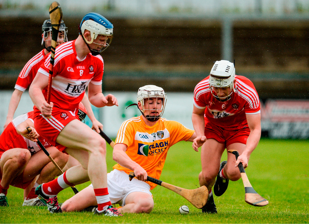 Ed McQuillan of Antrim in action against Martin Quinn and Richie Mullan of Derry. Photo by Oliver McVeigh/Sportsfile