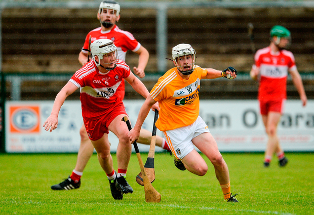 Ed McQuillan of Antrim in action against Richie Mullan of Derry. Photo by Oliver McVeigh/Sportsfile