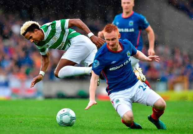 Scott Sinclair (L) of Celtic and Robert Garrett (R) of Linfield. Photo by Charles McQuillan/Getty Images
