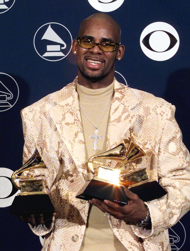 R. Kelly holds his three Grammy Awards 25 February in New York at the 40th annual Grammy Awards. Kelly won Grammys for his record