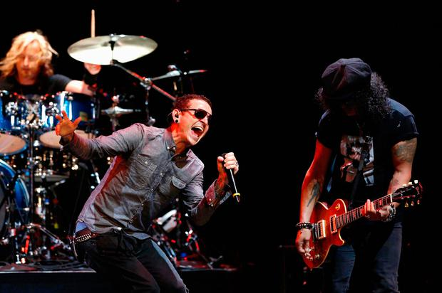Lead vocalist of Linkin Park Chester Bennington performs with guitarist Slash at 9th annual MusiCares MAP Fund Benefit concert in Los Angeles, California May 30, 2013. REUTERS/Mario Anzuoni/File Photo