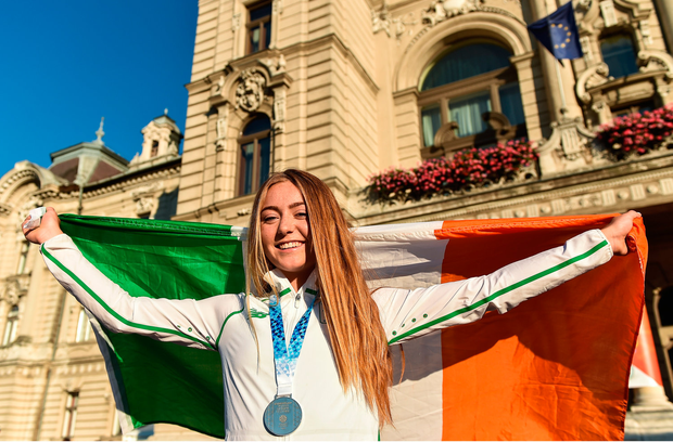 Lara Gillespie after being presented with her silver medal for second place in the women's cycling time trial. Photo by Eóin Noonan/Sportsfile