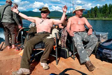 Bare-chested Vladimir Putin pictured spearfishing during