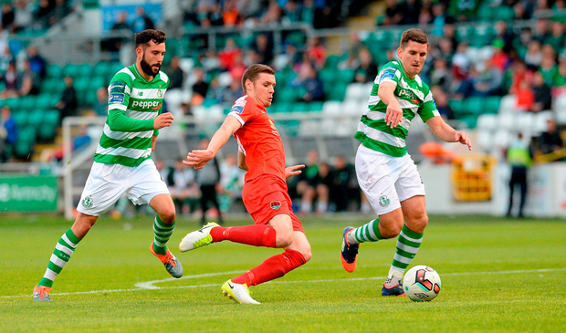 Garry Buckley of Cork City in action against David Webster, left, and David McAllister of Shamrock Rovers. Photo by Piaras Ó Mídheach/Sportsfile