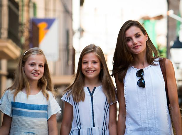 Spanish Queen Letizia (R) and her daughters Spanish crown princess Leonor (L) and Spanish crown princess Sofia, pose as they walk down a street in the village of Soller on Mallorca island, on August 6, 2017. / AFP PHOTO / JAIME REINAJAIME REINA/AFP/Getty Images