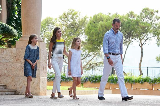 King Felipe VI of Spain, Queen Letizia of Spain, Princess Leonor of Spain (R) and Princess Sofia of Spain (L) pose for the photographers during the summer photocall at the Marivent Palace on July 31, 2017 in Palma de Mallorca, Spain. (Photo by Carlos Alvarez/Getty Images)