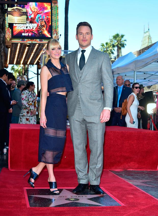 Actor Chris Pratt poses with his wife, actress Anna Faris, on his just unveiled Hollywood Walk of Fame Star on April 21, 2017 in Hollywood, California where he was the recipient of the 2,607th Star in the category of Motion Picture. / AFP PHOTO / FREDERIC J. BROWN