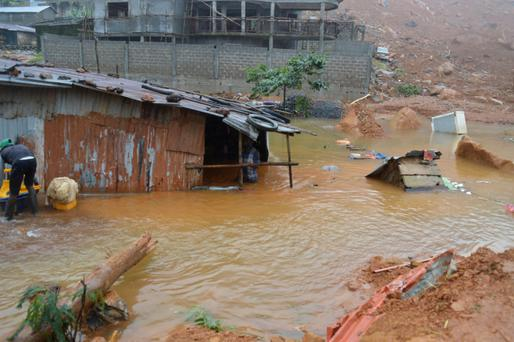 Residents save belongings in floodwaters after a mudslide in the mountain town of Regent, Sierra Leone August 14, 2017. REUTERS/Ernest Henry
