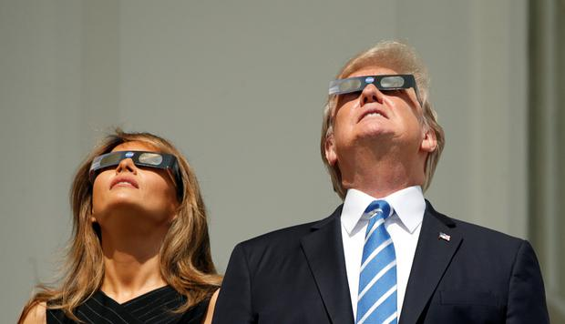 U.S. President Donald Trump and Melania Trump watch the solar eclipse from the White House in Washington, U.S., August 21, 2017. REUTERS/Kevin Lamarque